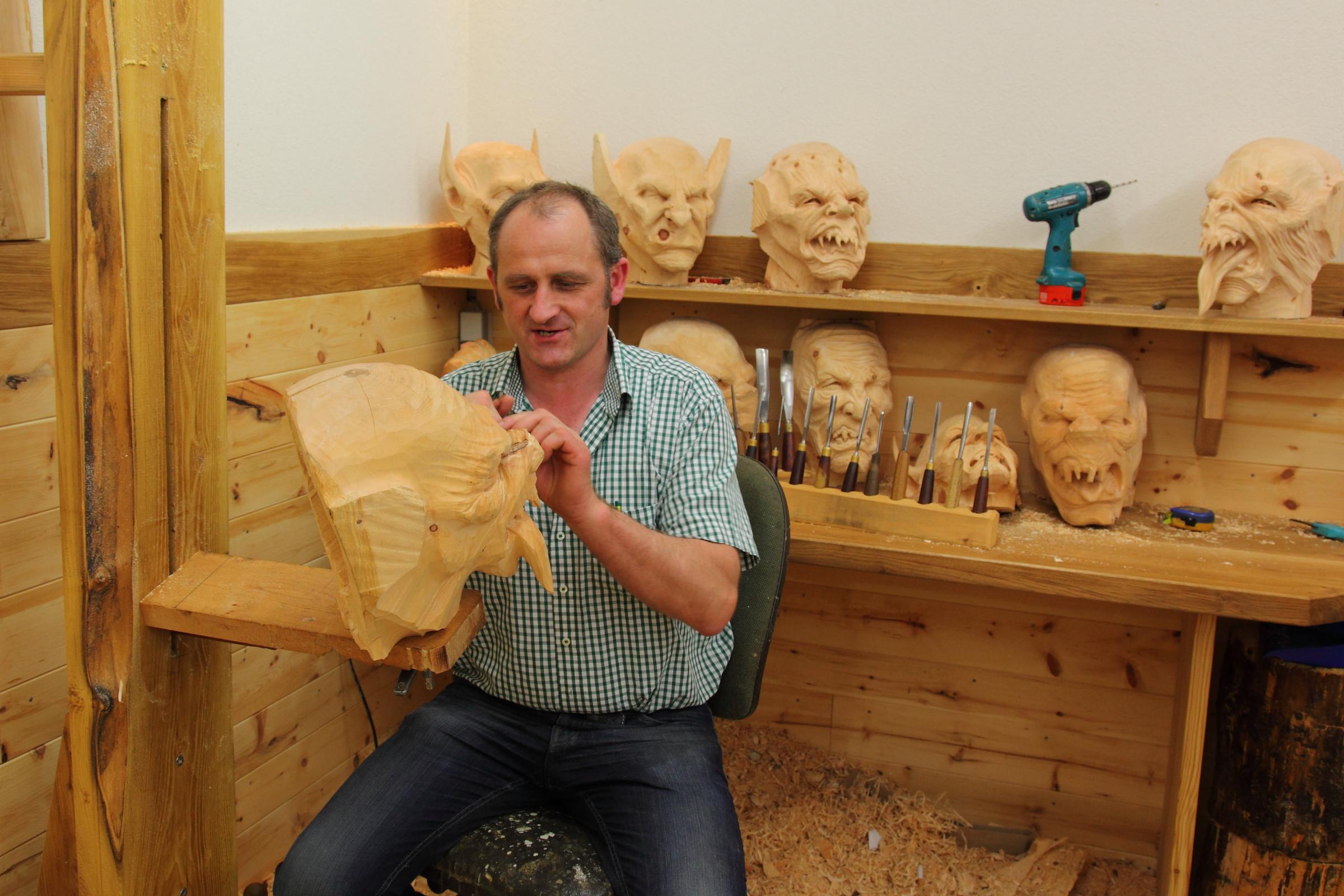 Maskenschnitzer Hermann bei der Arbeit