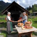 Kathi und Marianne beim Brotbacken