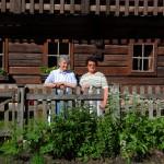 Marianne und Gretl im Kräutergarten