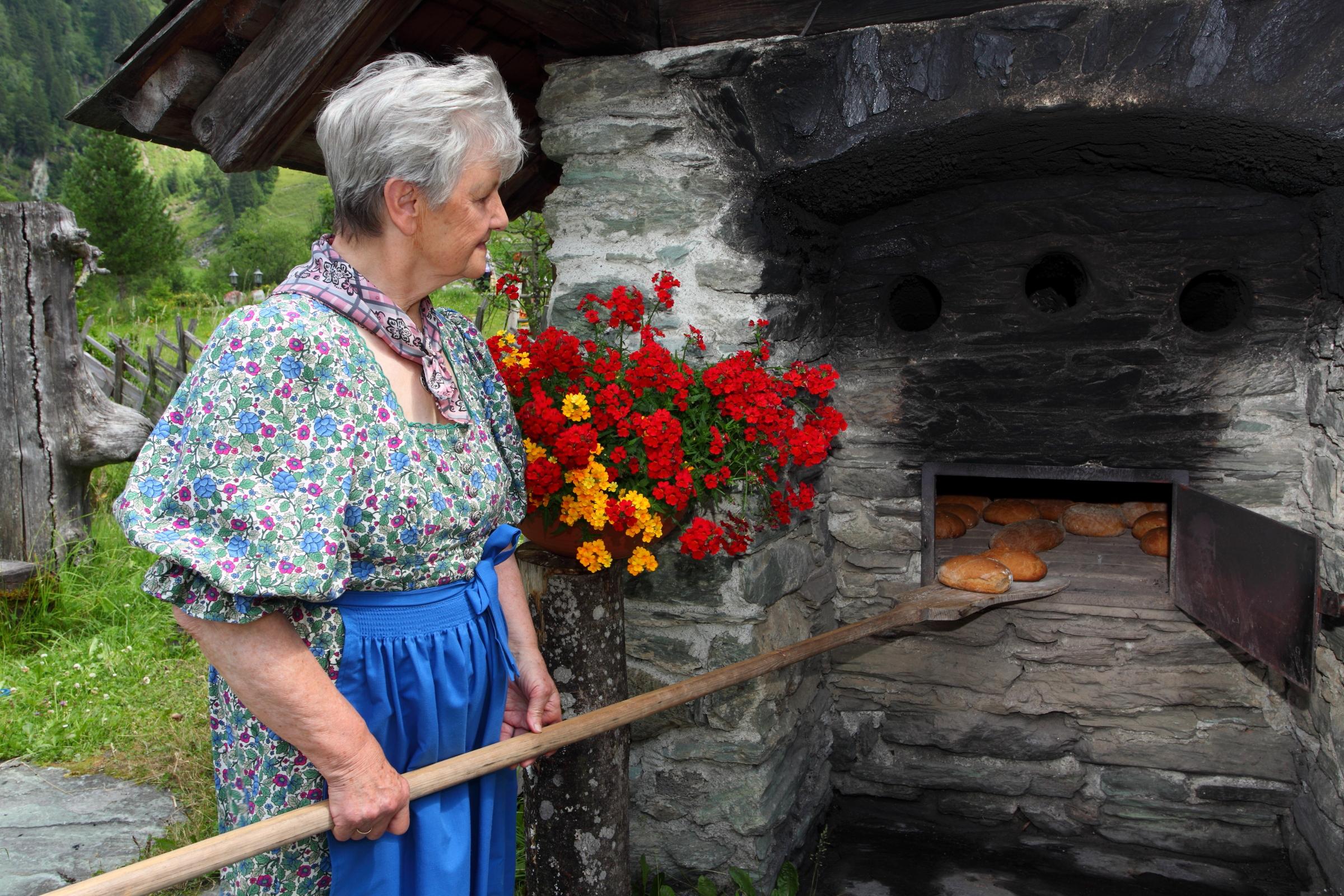 Marianne ist stolz auf ihr frisches Brot